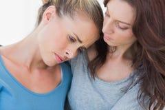 Mulher que consola seu amigo Imagens de Stock