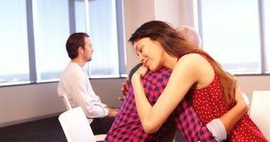 Mulher que consola seu colega