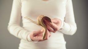 Mulher que conta cinqüênta euro- cédulas Conceito de finanças do salário e da casa vídeos de arquivo