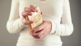 Mulher que conta cinqüênta euro- cédulas Conceito de finanças do salário e da casa video estoque