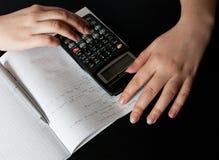 Mulher que conta com uma calculadora Imagem de Stock Royalty Free