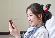 Mulher que conversa com telemóvel Fotos de Stock Royalty Free