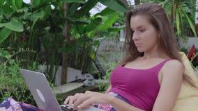 Mulher que conversa no portátil filme