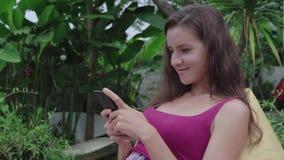 Mulher que conversa no smartphone vídeos de arquivo