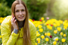 Mulher que convida o telefone móvel Fotos de Stock Royalty Free