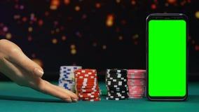 Mulher que convida para jogar em linha o casino, símbolos livres para novatos, propaganda filme