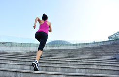 Mulher que corre acima em escadas da montanha Fotografia de Stock