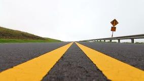 Mulher que corre acima a estrada - movimento lento filme