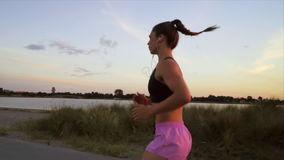 Mulher que corre ao longo da praia vídeos de arquivo