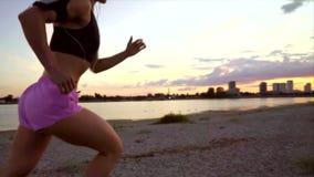 Mulher que corre ao longo da praia video estoque