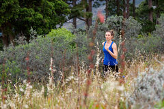 Mulher que corre através de um campo fora imagem de stock royalty free