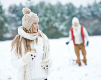 Mulher que corre através da neve do inverno Foto de Stock Royalty Free