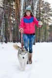 Mulher que corre com cão Fotografia de Stock Royalty Free