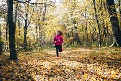 Mulher que corre durante o parque da manhã Fotos de Stock