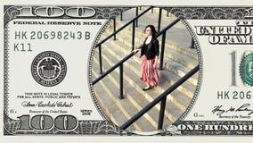 Mulher que corre em baixo na nota de dólar do quadro 100 video estoque