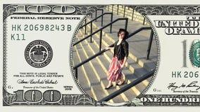 Mulher que corre em baixo na nota de dólar do quadro 100 vídeos de arquivo
