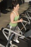 Mulher que corre na escada rolante Imagens de Stock Royalty Free