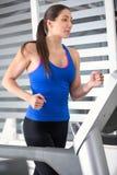 Mulher que corre na escada rolante Imagem de Stock Royalty Free