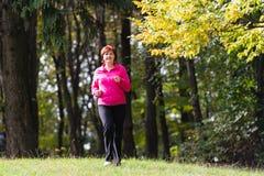 Mulher que corre na floresta Fotografia de Stock