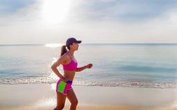 Mulher que corre na praia, menina que faz o esporte perda exterior, da aptidão e de peso imagens de stock
