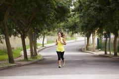 Mulher que corre na rua Fotos de Stock Royalty Free