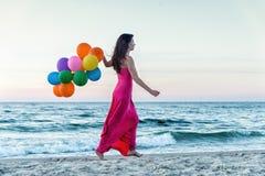 Mulher que corre no mar Fotografia de Stock
