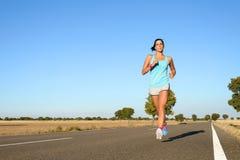 Mulher que corre para a maratona fotografia de stock royalty free