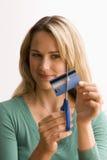 Mulher que corta acima o cartão de crédito Foto de Stock