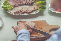 Mulher que corta a salsicha Foto de Stock Royalty Free