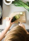 Mulher que corta vegetais Fotos de Stock