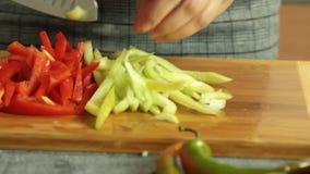 Mulher que corta vegetais e que cozinha o quesadilla da batata doce filme