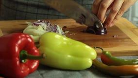 Mulher que corta vegetais e que cozinha o quesadilla da batata doce vídeos de arquivo