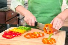 Mulher que cortado pimentas de Bell Imagens de Stock Royalty Free