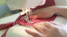 Mulher que costura em casa vídeos de arquivo