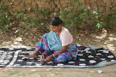 Mulher que costura uma cama Fotografia de Stock Royalty Free
