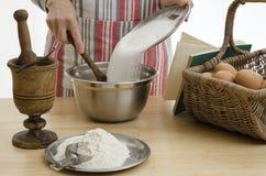 Mulher que coze um bolo Foto de Stock