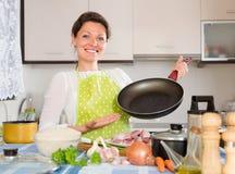 Mulher que cozinha a carne com arroz Fotografia de Stock