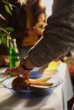 mulher que cozinha com a cozinha da pera em casa imagens de stock