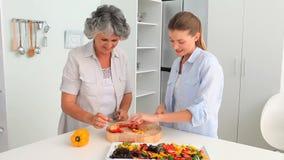 Mulher que cozinha com seu mum vídeos de arquivo
