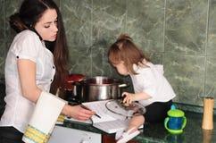 Mulher que cozinha em casa Fotografia de Stock