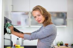 Mulher que cozinha na cozinha imagem de stock royalty free