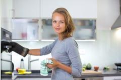 Mulher que cozinha na cozinha imagem de stock