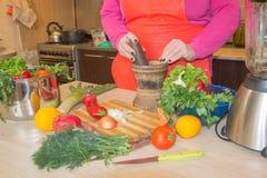 Mulher que cozinha na cozinha Alimento saudável Imagem colhida de vegetais do corte da menina para o alimento Imagens de Stock Royalty Free