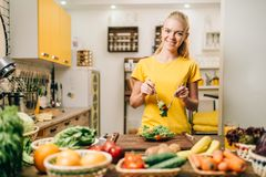 Mulher que cozinha na cozinha, preparação dos alimentos do eco foto de stock royalty free