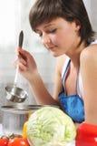 Mulher que cozinha o alimento foto de stock