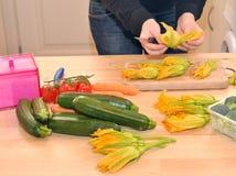 Mulher que cozinha o alimento do vegan em casa Fotografia de Stock Royalty Free