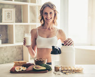 Mulher que cozinha o alimento saudável fotografia de stock