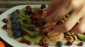 Mulher que cozinha o grupo da receita do papa de aveia do vegetariano filme