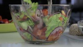 mulher que cozinha o ponto baixo do vegetariano - a salada grega da caloria, põe vegetais em uma bacia video estoque
