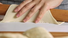 Mulher que cozinha o quesadilla da batata doce video estoque